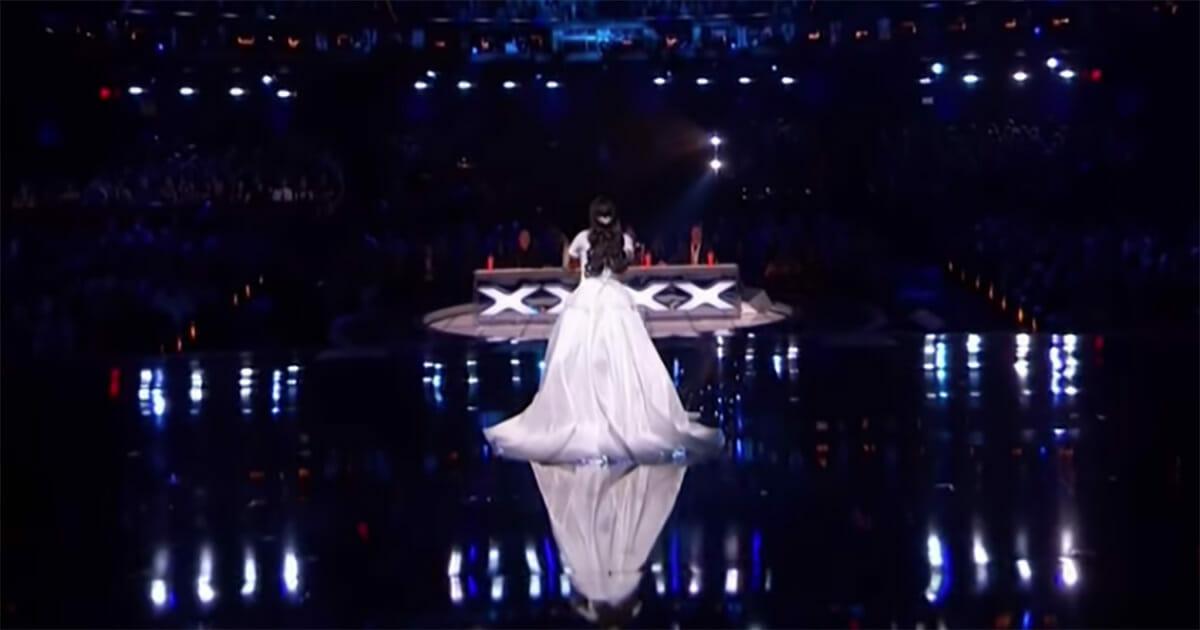 Bembeyaz Elbisesiyle Sahneye Arkası Dönük Şekilde Çıktı – Yüzünü Dönüp Şarkısına Başlayınca Herkesin Tüyleri Diken Diken Oldu