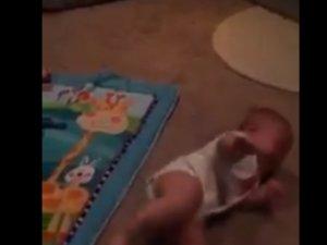 Annesi Bebeğin Elindeki Telefonu Alınca Ne Yapar? :))) Tam ısırmalık izleyin